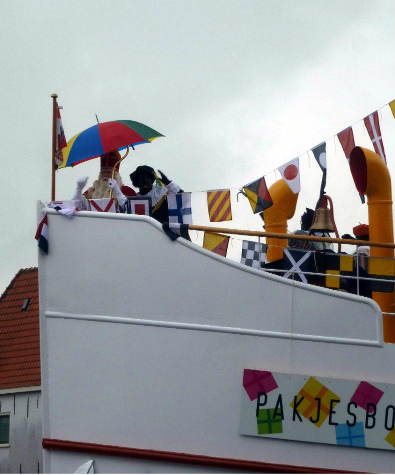 Einzug von Sinterklaas an Bord des Dampfschiffes