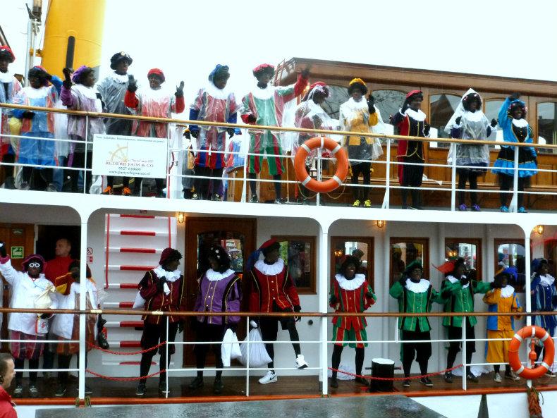 Die Zwarten Pieten an Bord des Dampfschiffes