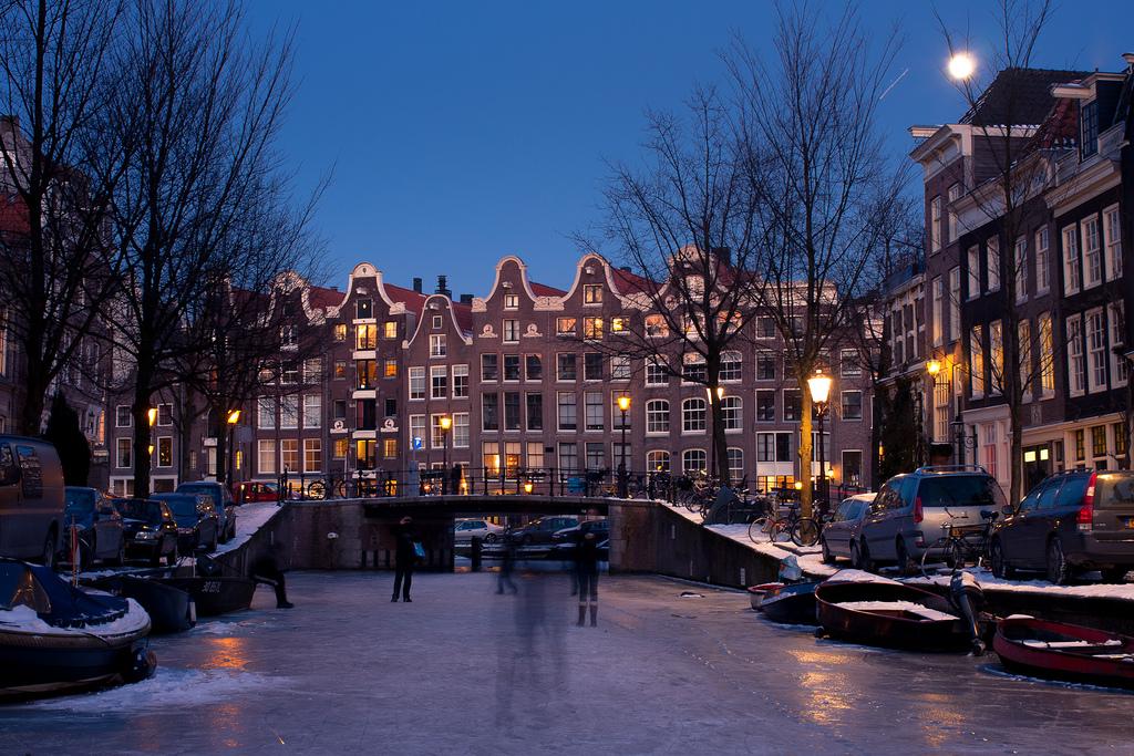 Schlittschuhfahren auf den Amsterdamer Grachten