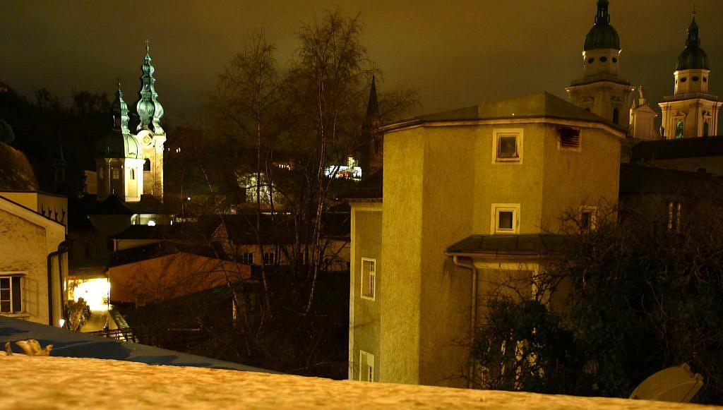 Aussicht vom Sternenpfad auf die erleuchtete Innenstadt Salzburgs