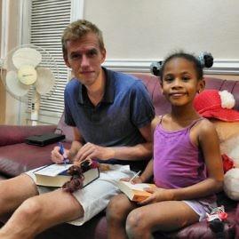 Spielen mit der Tochter des Hauses im Casa Particular in Trinidad