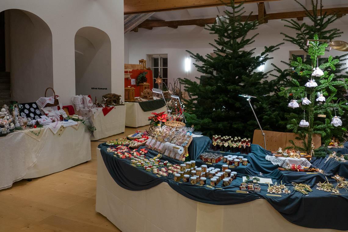 Jeden Donnerstag bis Sonntag in der Adventzeit findet zudem die große Handwerkausstellung im Rathaus von St. Wolfgang statt. Zwischen 20 und 30 wechselnde Hobby- und Berufskünstler stellen hier ihre Werke aus. Wir bewundern kunstvolle Strohsterne, Filzwaren, Holzarbeiten und vieles mehr. Im Untergeschoss des Rathauses befindet sich neben der Kinderbastelstube das Engerl-Postamt, wo die kleinen Adventmarktbesucher ihre Weihnachtswünsche mit Hilfe der Weihnachtsengerl an das Christkind schicken können.