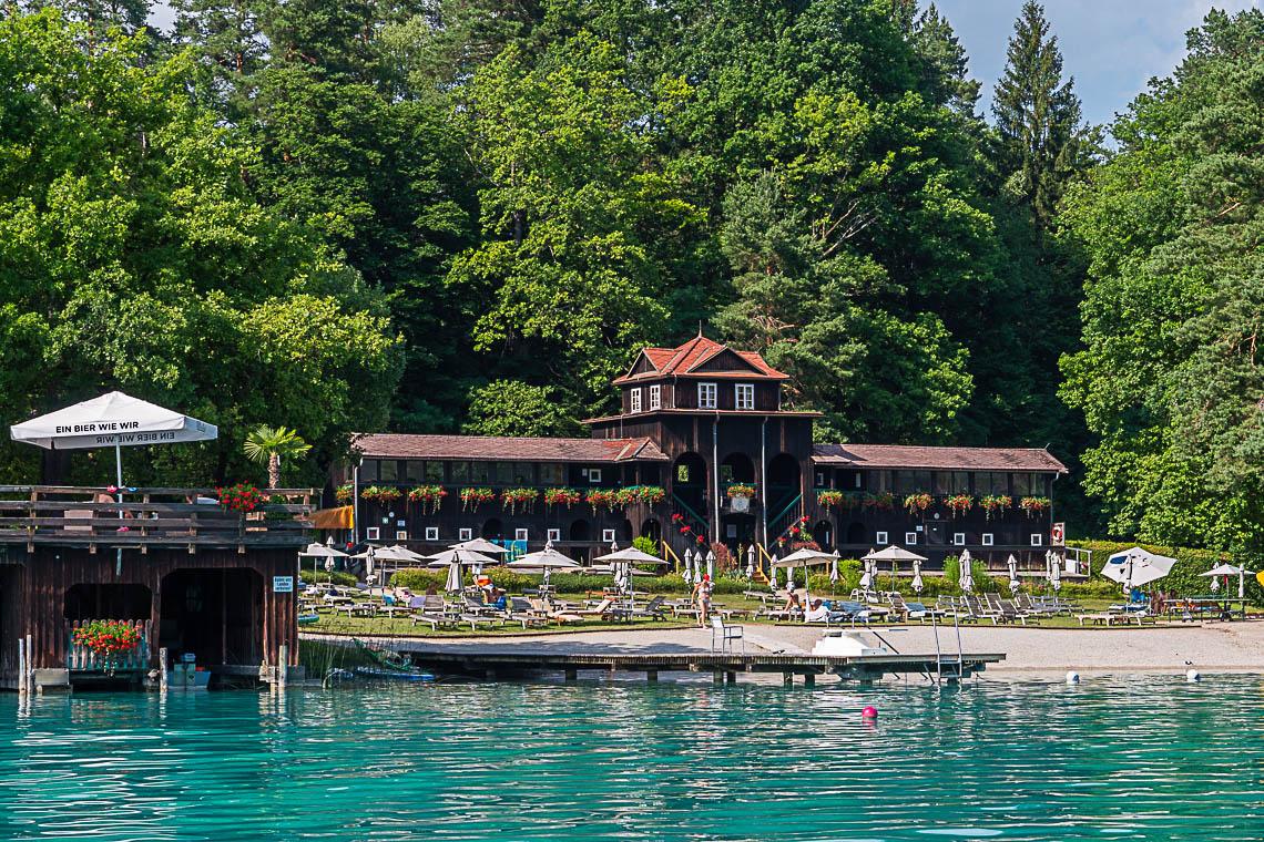Das historische Badehaus auf der Insel im Faaker See