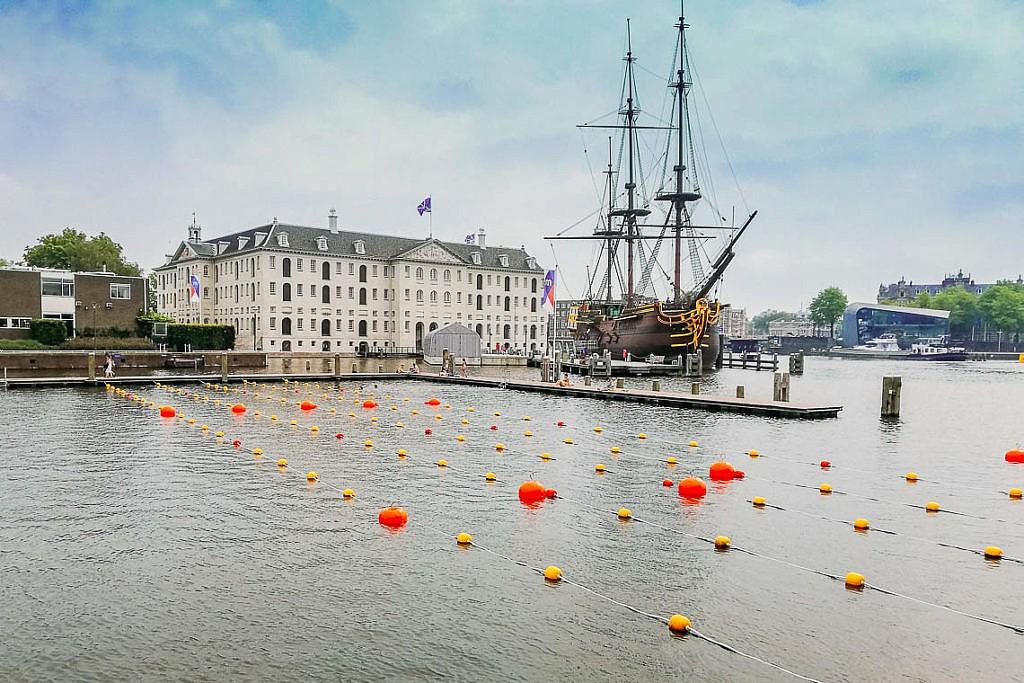 Amsterdam im Sommer - Schwimmen auf dem Marineterrein